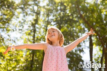 bambina nella natura dellaltopiano di asiago