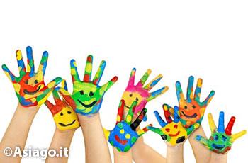 Mani colorate di bambini