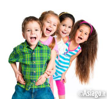 bambini felici in fila