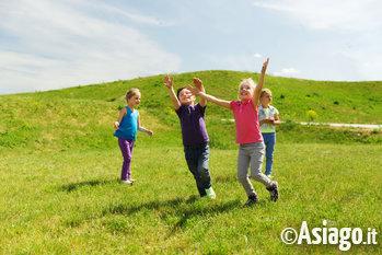 bambini giocano allaria aperta sullaltopiano di as