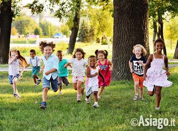 bambini laboratorio giocano prato corrono