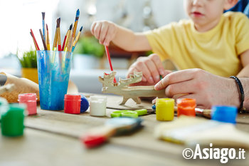 bambino aiuto pennello pittura arte