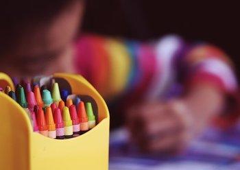 bambino disegna colori