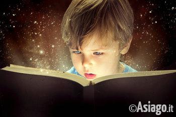 bamino immerso nella lettura