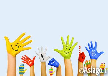 mani dipinte e colorate di adulti e bambini