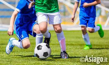 ragazzi che giocano a calcio