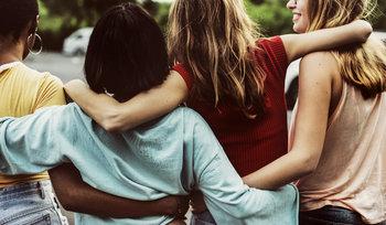 gruppo di donne che si abbracciano