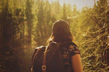 ragazza nel bosco