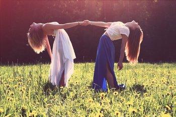 ragazze danzano su prato