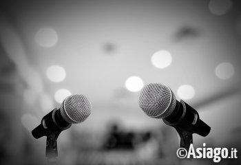 microfoni conferenza dibattito convegno