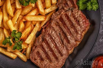 carne alla griglia e patatine fritte