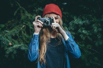 giovane ragazza che fotografa