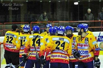 giocatori asiago hockey in cerchio foto paolo bass