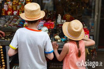 bambini che guardano un banchetto del mercato