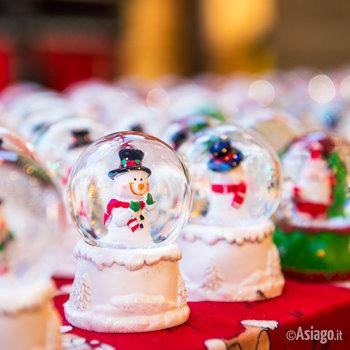palle di natale con pupazzi di neve