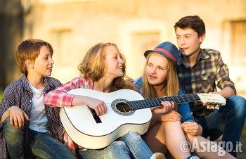 gruppo di ragazzi si diverte suonando la chitarra