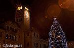 Traditionellen Weihnachtsbaum Beleuchtung in Asiago, 8. Dezember 2017