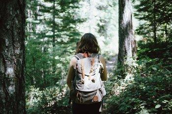 ragazza cammina nel bosco
