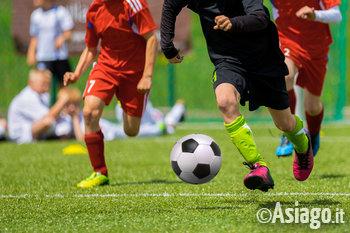 giocando a calcio