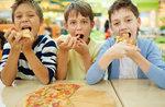 bambini che mangiano la pizza con le mani