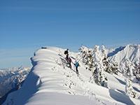 Wandern in den Bergen, wenn der Schnee viel Umsicht erforderlich
