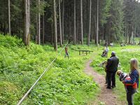 sentiero tra alberi attrezzato agility forest baita prunno asiago