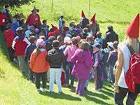 Bambini in fila per ascoltare lo gnomo