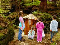 Bambini incuriositi davanti alla casetta dello gnomo