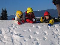 Bambini sulla neve giocano