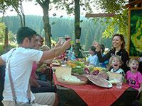 Famiglia con bambini pranza all aperto