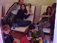 Famiglia nella stanza del ghiaccio da barba