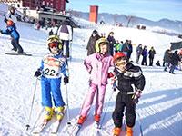 Giovani sciatori fuori dal da barba