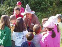 I bambini che ascoltano incantati il racconto dello gnomo dell'Altopiano