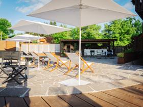 comodi lettini per prendere il sole nella terrazza dellhotel sporting di asiago