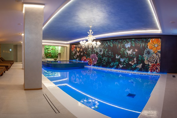 piscina interna pano luce blu spa sporting