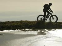 ciclista mtb pendio pozza ghiacciata altopiano asiago