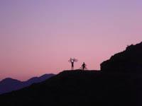 due escursionisti mtb al tramonto altopiano asiago