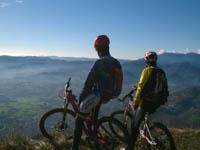 due escursionisti mtb si godono il paesaggio altopiano asiago