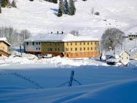 Veduta sull'albergo in inverno
