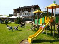Il giardino attrezzato con giochi per i bambini