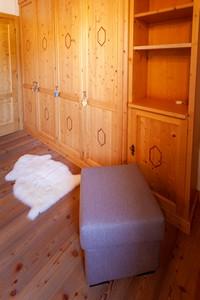 Grande armadio in legno in camera da letto, perfetto per riporre i propri abiti