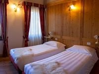 Camera con due letti, spaziosa e dal caratteristico stile montano, nel lodge n°10