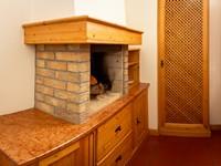 Il caratteristico caminetto in mattoni contribuisce a scaldare l'atmosfera nell'appartamento n°10