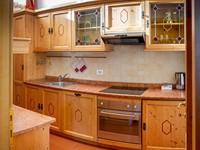 La grande cucina in stile tirolese dell'appartamento n°10 dell'Asiago Sporting Lodge