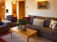 L'ampio soggiorno con comodo divano e poltrone dell'appartamento n°10 dell'Asiago Sporting Lodge