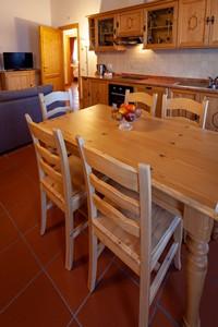 La cucina in legno con tavolo da 6 posti dell'appartamento n°11 dell'Asiago Sporting Lodge
