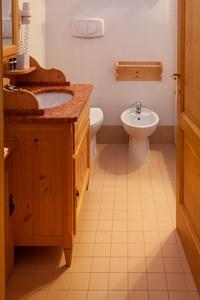 Bagno spazioso, con tipici arredi in legno, nell'appartamento n°2 dell'Asiago Sporting Lodge