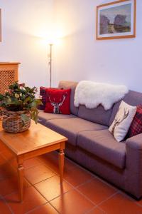 Ampia zona living con comodo divano dell'appartamento n°2 dell'Asiago Sporting Lodge