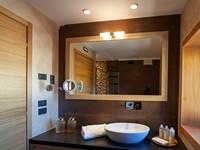 Il bagno con doccia e arredi à la page della camera Junior Suite