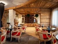 Arredi in legno e dal design moderno per l'area bar dell'hotel